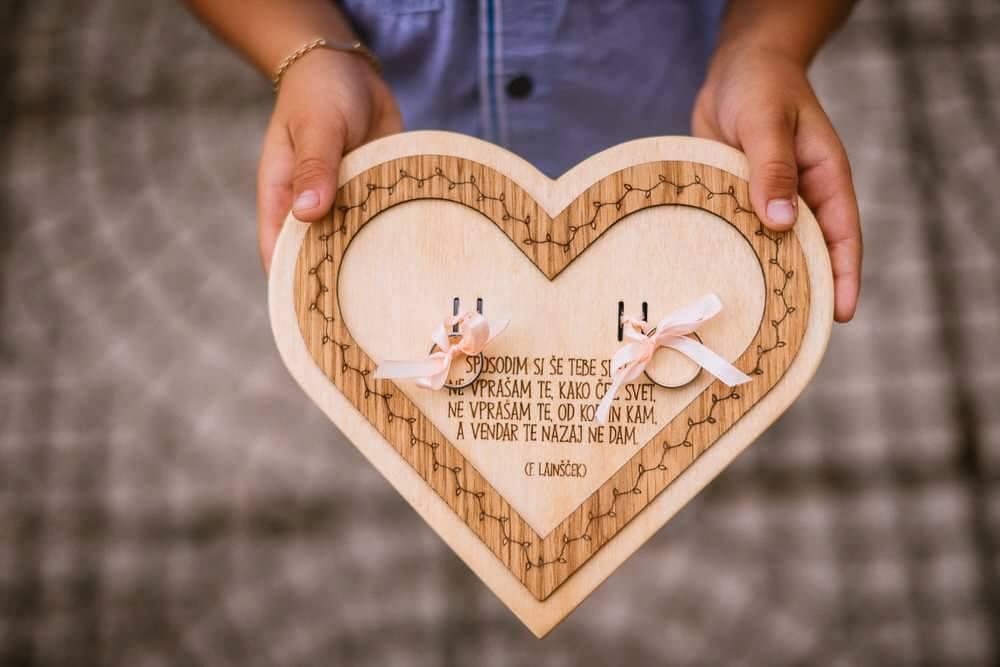 4. Leseni podstavek srce-široka obroba4